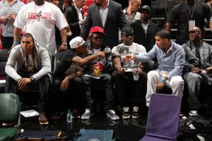 Chris Brown sitting aside of Drake and his crew at a basketball game ...