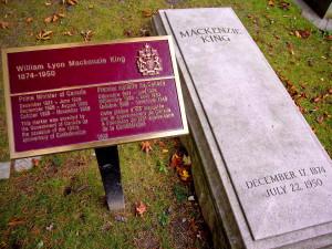 Description Grave of William Lyon Mackenzie King.jpg