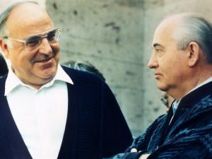 Helmut Kohl l im Juli 1990 im Gepr ch mit Michail Gorbatschow im