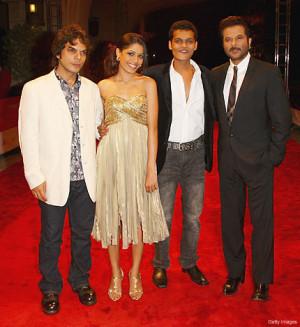 Madhur Mittal with the cast of Slumdog Millionaire ( 4169 Views )