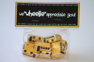 Um, could these little bus candy bars be any cuter? I'm seriously ...