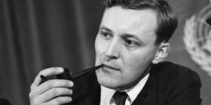 15 Pictures Of Tony Benn Smoking A Pipe And Looking Cool (PICTURES)