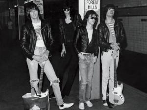 Johnny, Joey, Tommy e Dee Dee Ramone posam para foto no metrô de Nova ...