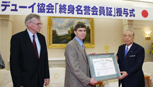 ... Jim Garrison de la Sociedad John Dewey entregan diploma a Daisaku