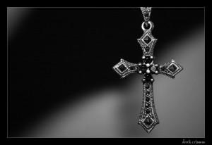 Les gothiques portent souvent des bijoux en forme de croix chrétienne ...