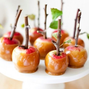 Caramel apples via So Many Things on Facebook