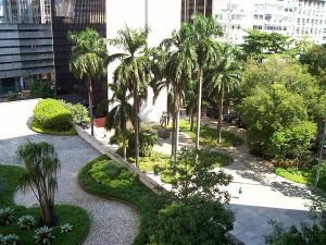 jardim externo (à direita): ambos projetados por Burle Marx ...