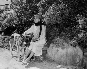12 af 14 Karen Blixen med sin hund Rungstedlund 24 marts 1966