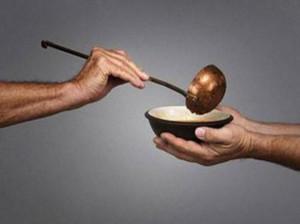 Memberikan Makanan kepada Orang yang Membutuhkan