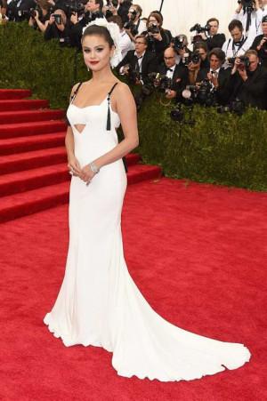 Selena Gomez trug ein wei es bodenlanges Kleid und auff lligen