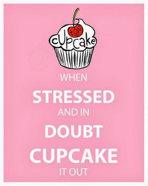 ... φάε ένα cupcake όταν κρατάς ένα cupcake