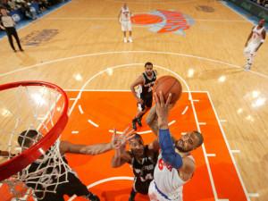 Tyson Chandler (re.) macht zwei seiner zehn Punkte - der Knicks-Center ...