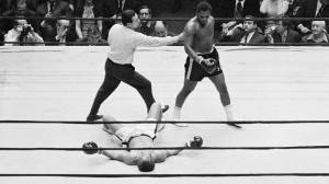 Joe Frazier observa o rival Jimmy Ellis no chão após a luta entre os ...
