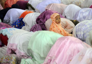 Indonesian women pray on the fourth day of Ramadan at the Istiqlal ...