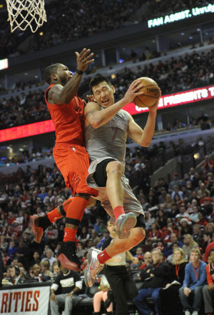 Jeremy Lin collides with Nate Robinson on Christmas Day