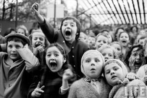 Fotó: Alfred Eisenstaedt: Children at Puppet Theatre, 1963
