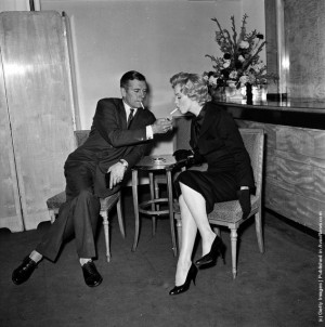 ... Laurence Olivier (1907 - 1989) at a press conference at the Savoy