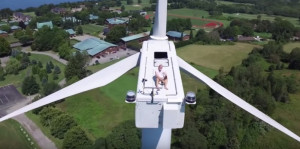 Bizar: Dronevideo legt zonnende man op windmolen vast! | Quote