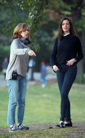 455698396-anne-hathaway-nancy-meyers-filming-nancy-gettyimages.jpg?v=1 ...