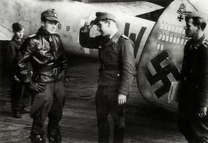 Drewes (esq) com a equipe de solo junto ao seu Messerschmitt Me 110 ...