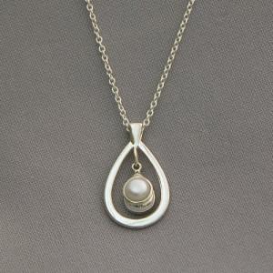 Single Pearl Pendant Necklace Single pearl pendant necklace