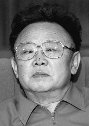 ... , melyen Kim Jong Il és atomrakétái kerültek a középpontba
