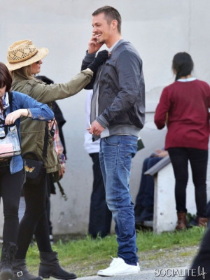 Joel Kinnaman Goofs Off On Set With Mireille Enos06 400x300 jpg