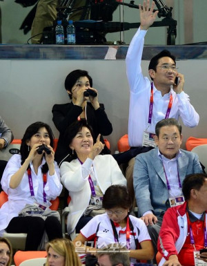 samsung chairman mr lee kun hee and his family also watched the ...