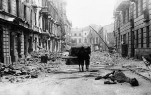 La invasión de Polonia: Devastación en una calle de Varsovia el seis ...
