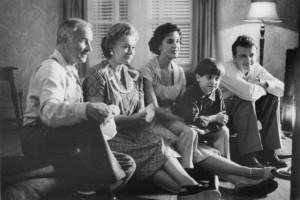 ... , Elizabeth Perkins, Aidan Quinn and Joan Plowright in Avalon (1990