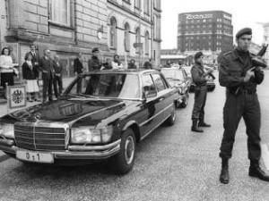 Bewaffnete der Anti Terror Einheit GSG 9 am Wagen von Bundespr sident