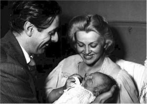 Una foto di Franca Rame e Dario Fo con il figlio Jacopo appena nato ...