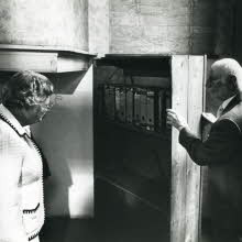 Otto Frank met Koningin Juliana bij draaibare boekenkast (1979)