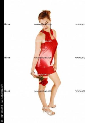 chica-con-vestido-rojo-con-rosa_665050.jpg