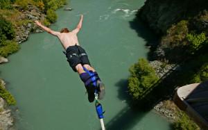 Bungee jumping above Karawau River from Kawarau suspension bridge ...