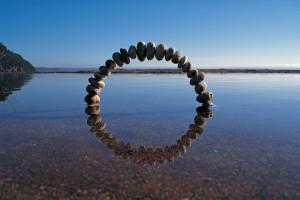 Des Sculptures Land Art évoquent les Cycles de la Nature (4)