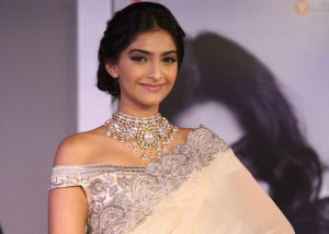 Sonam Kapoor suffered wardrobe malfunction - pixorange