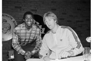 Larry Bird (r.) with fellow basketball player Magic Johnson (l.)