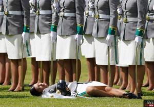 当地时间12月7日,哥伦比亚波哥大,一名女子军官 ...